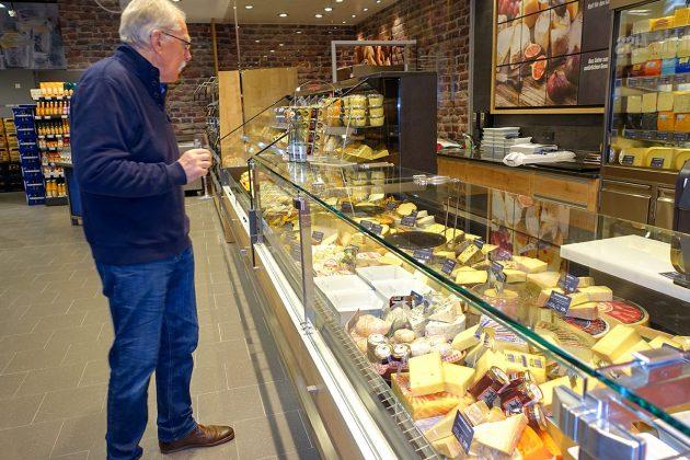 Daran kann man doch nicht vorbeigehen: Das Käsebuffet im EDEKA-Markt Jens begeistert die Feinschmecker