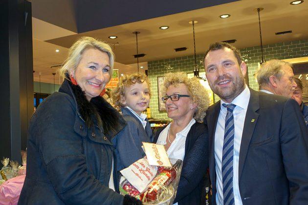 Ulrike Dahl von Karls Erlebnishof hat der Familie Jens einen leckeren Erdbeergruà als Premierengeschenk mitgebracht