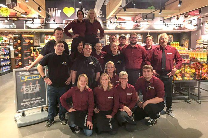 Das freundliche Team rund um Marktleiter Mirco Hess (Reihe 2, 2.v.re) freut sich über einen guten Start in ein erfolgreiches Jahr im neuen EDEKA-Markt Jens