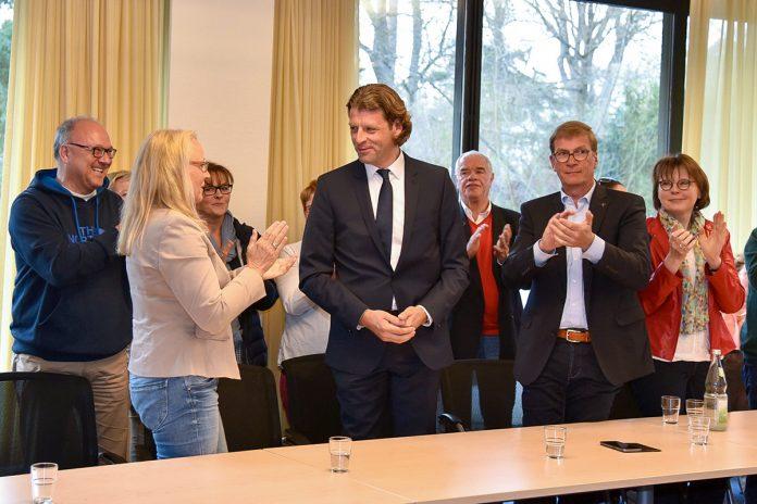 Herausforderer Robert Wagner (Mitte) erntet begeisterten Applaus seiner zahlreichen Unterstützer für ein hervorragendes Wahlergebnis © Susanne Dittmann