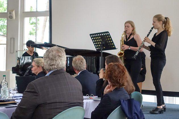 Musik für gute Stimmung: Die jungen Musiker des Ostsee-Gymnasiums spielten sowohl Klassik als auch Jazz.