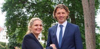 Glückwunsch mit Handschlag: Bürgervorsteherin Anja Evers gratuliert Robert Wagner, dem frisch vereidigten Bürgermeister von Timmendorfer Strand.