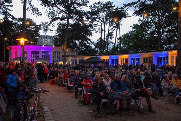Einzigartige Stimmung beim Konzert im Innenhof der Trinkkurhalle direkt am Meer © Susanne Dittmann