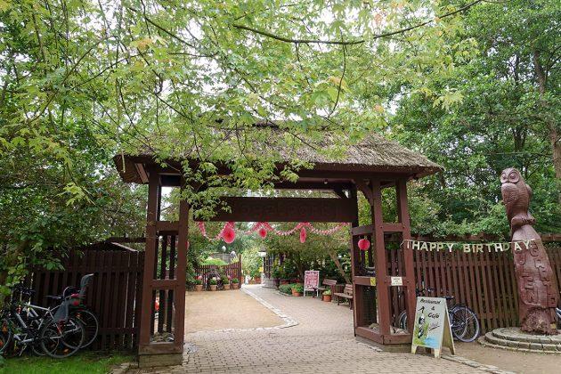 Festliche geschmückter Eingang zum besonderen Ereignis: Der Niendorfer Vogelpark hatte zum 35-jährigen Jubiläum eingeladen.
