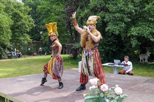 """Viel Applaus gab es für die beiden Interpreten im fantasievollen Kostüm und ihre Songs aus dem Musical """"Der König der Löwen"""""""