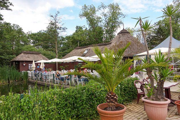 Das kleine Café mit den sonnigen AuÃenplätzen verwöhnt die Gäste mit frisch gebackenem Kuchen und schönster Aussicht ins Grüne.