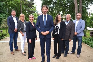 Timmendorfs Bürgermeister Robert Wagner und Bürgervorsteherin Anja Evers mit ihren Stellvertretern vor der Timmendorfer Trinkkurhalle