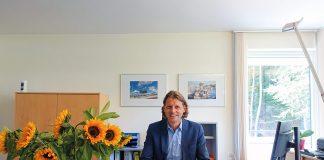 Ein Sonnenblumenstrauß zur Begrüßung: Robert Wagner in seinem neuen Büro