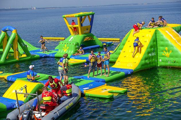 """Das Riesending bringt einen RiesenspaÃ: Im Auf den luftgefüllten """"WaterSports"""" Gummimatten amüsieren sich nicht nur die Kids königlich"""