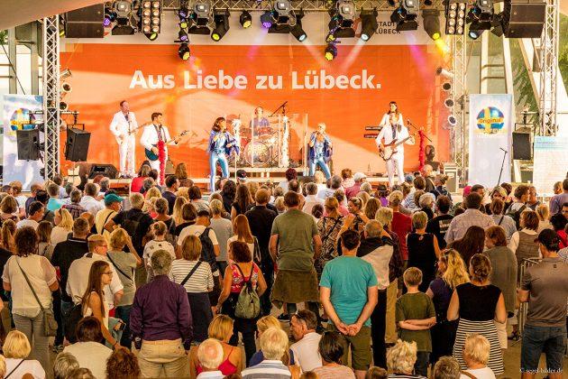 """Die Abba-Coverband """"Abba Fever"""" machte den Anfang auf der Stadtwerke Lübeck Festivalbühne.Foto: segel-bilder.de"""