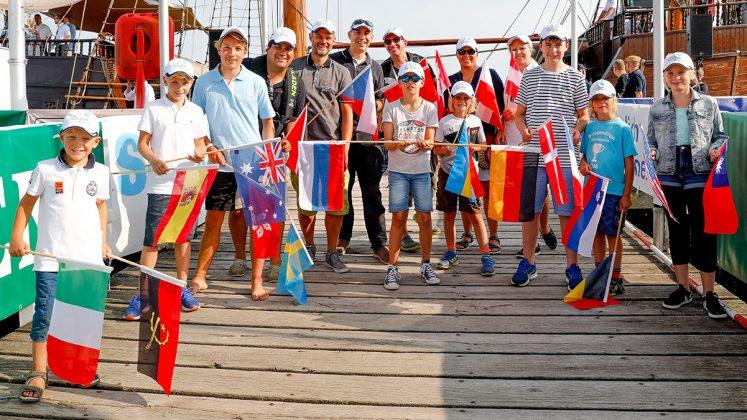 Jugendliche des LYC und Teammitglieder der Wettfahrtleitung sorgten dafür, dass die Flaggen der teilnehmenden Nationen zur Eröffnung geschwenkt wurden. Foto: segel-bilder.de