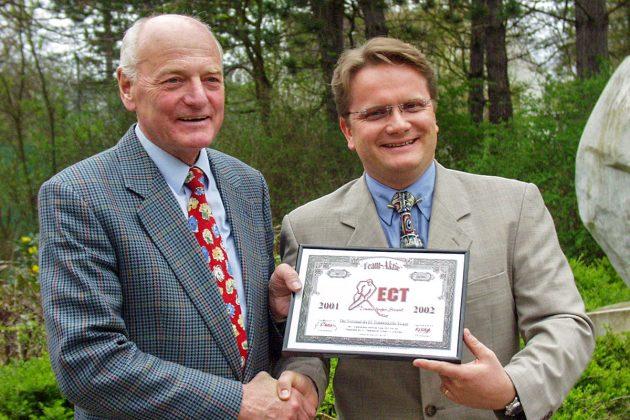 """Good old Times: Michael Bertz vom ETC überreicht anno 2001 dem damaligen Bürgermeister Gerhard Fandrey eine """"Team-Aktie"""" des Eishockeyclubs"""