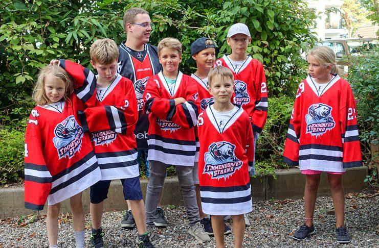 Noch ein bisschen Hoffnung, dass es weitergeht: Die Kids vom Timmendorfer Eishockeyclub stehen vor Sitzungsbeginn gespannt vor dem Rathaus