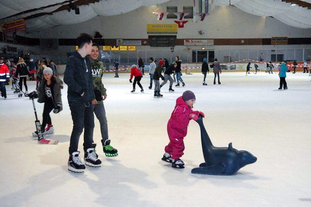Eine Attraktion für die ganze Familie ist das Eislaufen in der winterlichen Eishalle