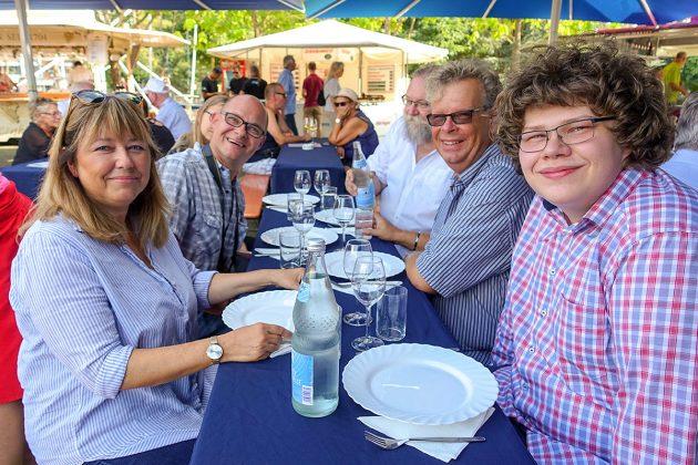 SPD-Politikerin Sandra Redmann (vorne li) und viel Ortsprominenz lässt sich beim Weinfest verwöhnen