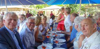 Landrat Reinhard Sager, Bürgermeister Owerien und weitere bekannte Gäste probieren den exzellenten Wein