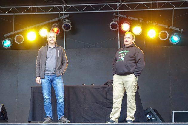 BegrüÃung von der Bühne: Lutz Gehrke und Dierk Dürbrook vom Dorfvorstand (v.l.) haben das Fest mit Hilfe der anderen Freiwilligen perfekt organisiert