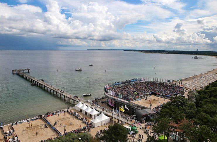 Dicht besetzt, direkt am Meer: die Timmendorfer Ahmann-Hager-Arena ist Schauplatz der Deutschen Beachvolelyball-Meisterschaften (Foto: © Cathrin Mueller/HOCH ZWEI)
