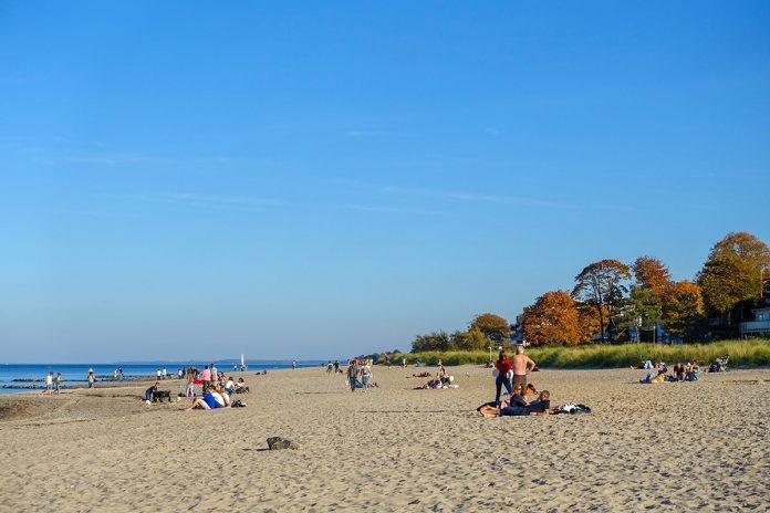 Die meisten Strandkörbe sind schon im Winterquartier, aber der Strand in Niendorf lockt noch immer zum Genuss mit frischer Brise
