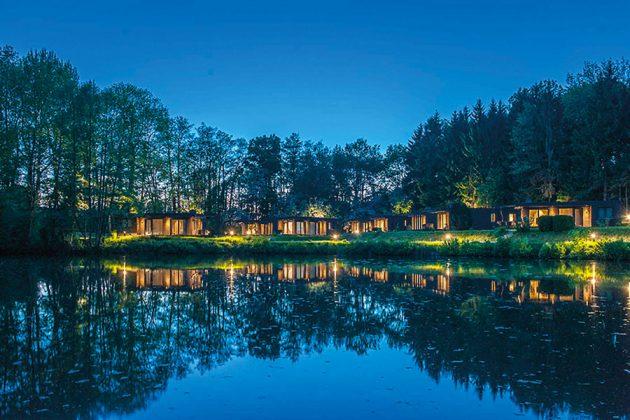 Stimmungsvolles Ambiente am Abend: Ferienhäuser am Gronenberger Mühlensee