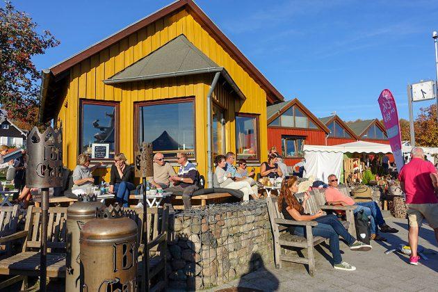 Gemütlicher Platz bei bestem Kaffee: GenieÃer sitzen rund um die Kafferösterei an der Kaimauer