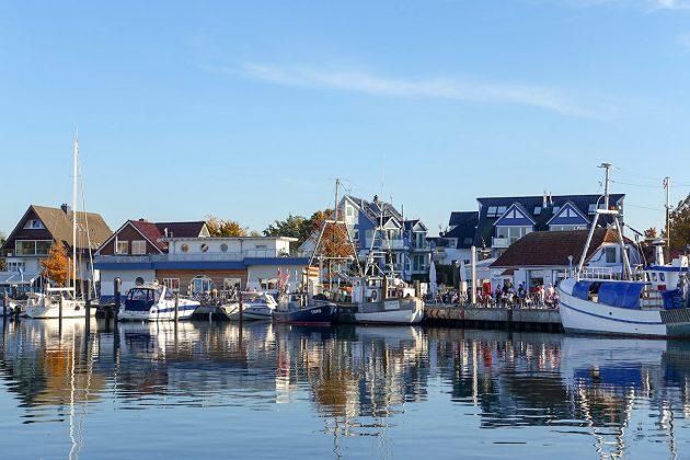 Traumhafte Szenerie für ein besonderes Event: Der Niendorfer Hafen, Idylle mit Yachten und Fischerbooten