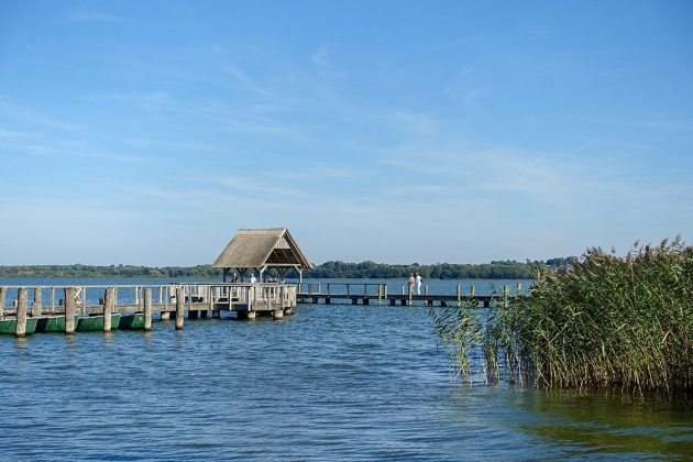 """Still ruht der See: Rund um """"Hemmy's Restaurant"""" kann man über die Holzbrücke schlendern, tief durchatmen und genieÃen"""