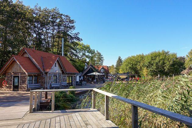 Schilfumkränzt ist die Brücke zwischen Restaurant, Fisch-Shop und Eiscafé.