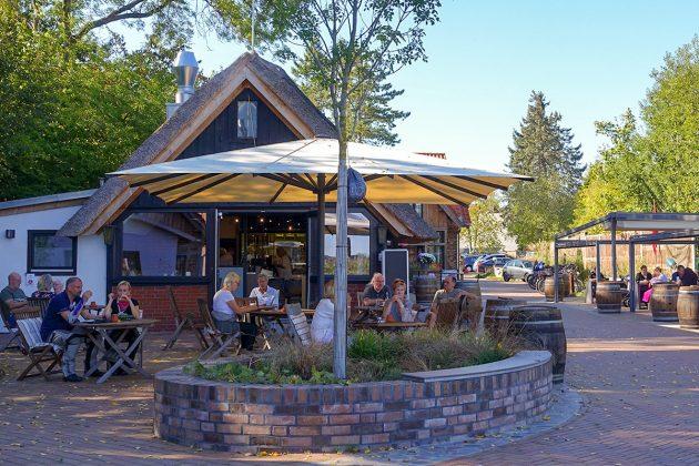Die einladende Anlage bietet ihren Gästen auch eine Sitzreihe mit schützendem Dach (re) für kühleres Oktoberwetter