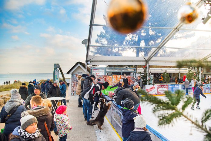 Ein Riesenspaß für Kufenflitzer: Die Eisbahn auf der Scharbeutzer Dünenmeile lädt zum Schlittschuhlaufen ein © OHT Oliver Franke