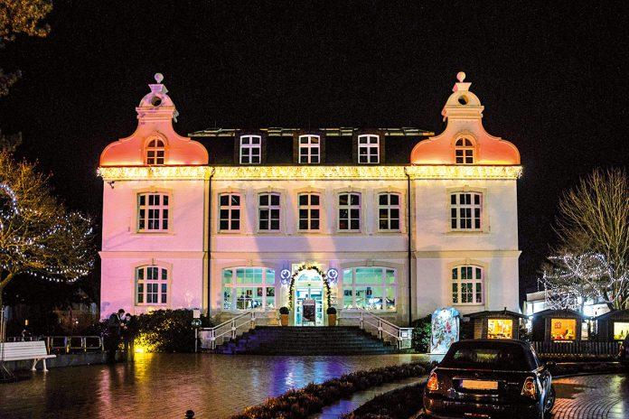 """Kultiger Treffpunkt rund um das bunt beleuchtete, nostalgisch-schöne """"Alte Rathaus"""": Timmendorfs musikalischer Winterzauber"""