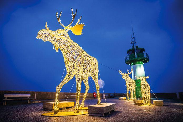 Die goldenen Elche auf der Nordermole in Travemünde sind sicher die originellsten und schönsten Lichtobjekte © LTM - Olaf Malzahn