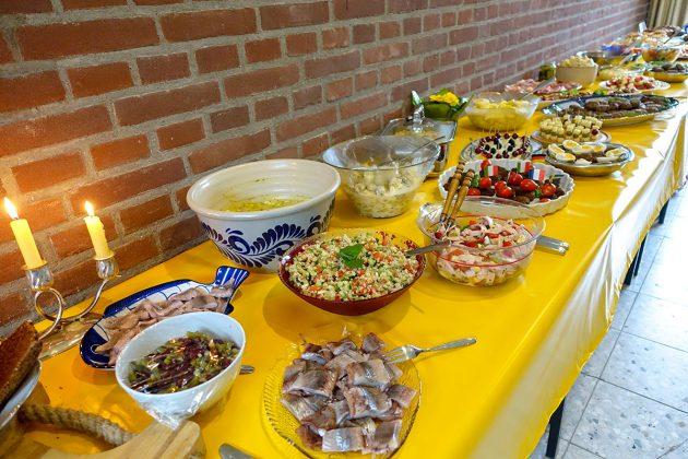 Das appetitliche Highlight: Köstliches Buffet aus Klingberger Küchen, umschwärmt und schnell geleert.