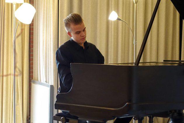 Faszinierende Klänge vom Jung-Pianisten: Leonhard Schwertfeger aus Klingberg begeistert mit Beethoven und Debussy.