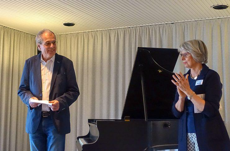 Klaus Huber, Sprecher der Kleinen Waldschänke, und Helga Vocke von der VHS begrüßen die Gäste.