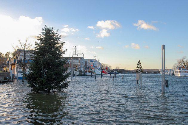 """Hochwasser im Hafen: In Niendorf überraschte das neue Jahr mit einem perfekten """"Landunter"""" © Susanne Dittmann"""
