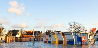 Hochwasser rund um die bunten Fischerbuden. Dorsch und Butt blieben diesmal unter Wasser. © Susanne Dittmann