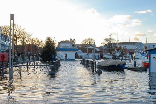 Etliche Schaulustige kamen, um die Hochwasser-Szenerie zu sehen - allerdings nur aus der Ferne, die Wege waren unter Wasser © Susanne Dittmann