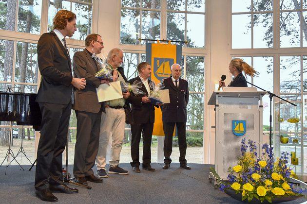 Ein Dankeschön an verdiente Timmendorfer von Bürgervorsteherin Anja Evers (am Pult) und Bürgermeister Robert Wagner (li).