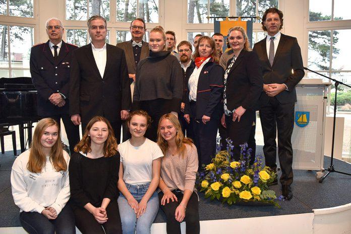 Alle Mann an Bord: Ehrenamtler und verdiente Bürger mit Bürgermeister Robert Wagner (re).