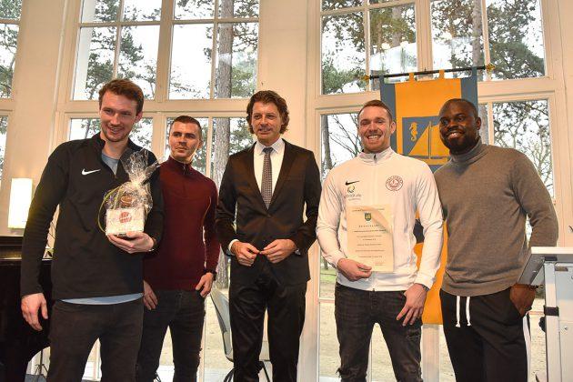 Ehrung für die Sportler, überreicht von Bürgermeister Robert Wagner (Mitte).