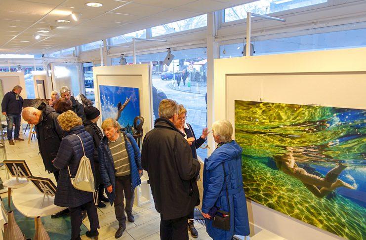 Staunend und bewundernd steht das Publikum vor Wim Westfields Werken in der Travemünder Galerie dieKUNSTWERKerin.