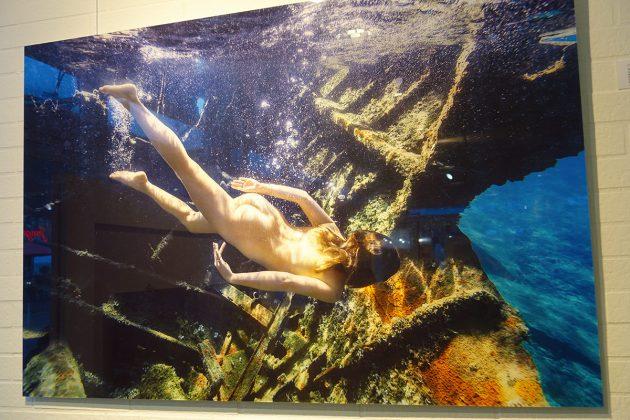 Die Silouette des tauchenden Models in der Tiefe des Ozeans: faszinierend schön und sehr begehrt sind die Fotos auf Mega-Leinwand.