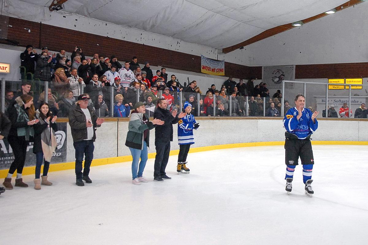 Der große Moment: Kerry Goulet kam ins Timmendorfer Eislauf- und Tenniszentrum, begeistert begrüßt von den Eishockey-Fans. © Susanne Dittmann