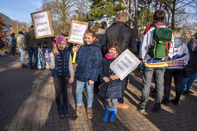 """""""Rettet unsere Halle"""" bitten die Eishockey-Kids, die von einem """"Ende der Eiszeit"""" besonders betroffen wären. © Susanne Dittmann"""