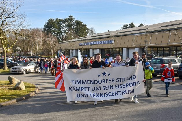 Vor dem ETC startete die gröÃte Timmendorfer Demo: 300 Teilnehmer kämpften für den Erhalt der Eishalle. © Susanne Dittmann