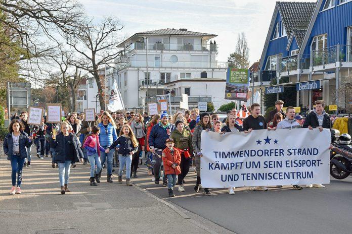 Ein lauter Demo-Zug durch die Gemeinde: am 16. Februar protestierten die Timmendorfer gegen einen Abriss und Neubau des ETC. © Susanne Dittmann