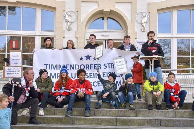 Eishockey-Kids und Demo-Initiator Steven Fiavoranti vor dem Timmendorfer Alten Rathaus. © Susanne Dittmann