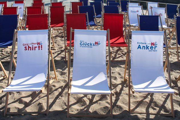 Regiestühle am Strand: Hier kann nicht nur die Filmcrew sitzen und ausruhen, dies ist der beste Platz fürs Public Viewing