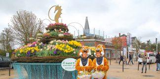 Hier hoppelt der Hase: Timmendorfer Strand empfängt seine Gäste zu Ostern mit blumengeschmücktem Brunnen und gut gelaunten Hasen